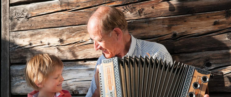 Family - Mann mit Ziehharmonika und Bub