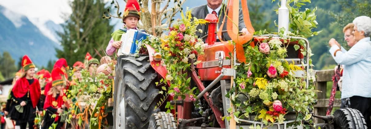 geschmückter Traktor